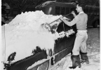 Man_clearing_snow_from_automobile_Seattle_February_1950.jpg