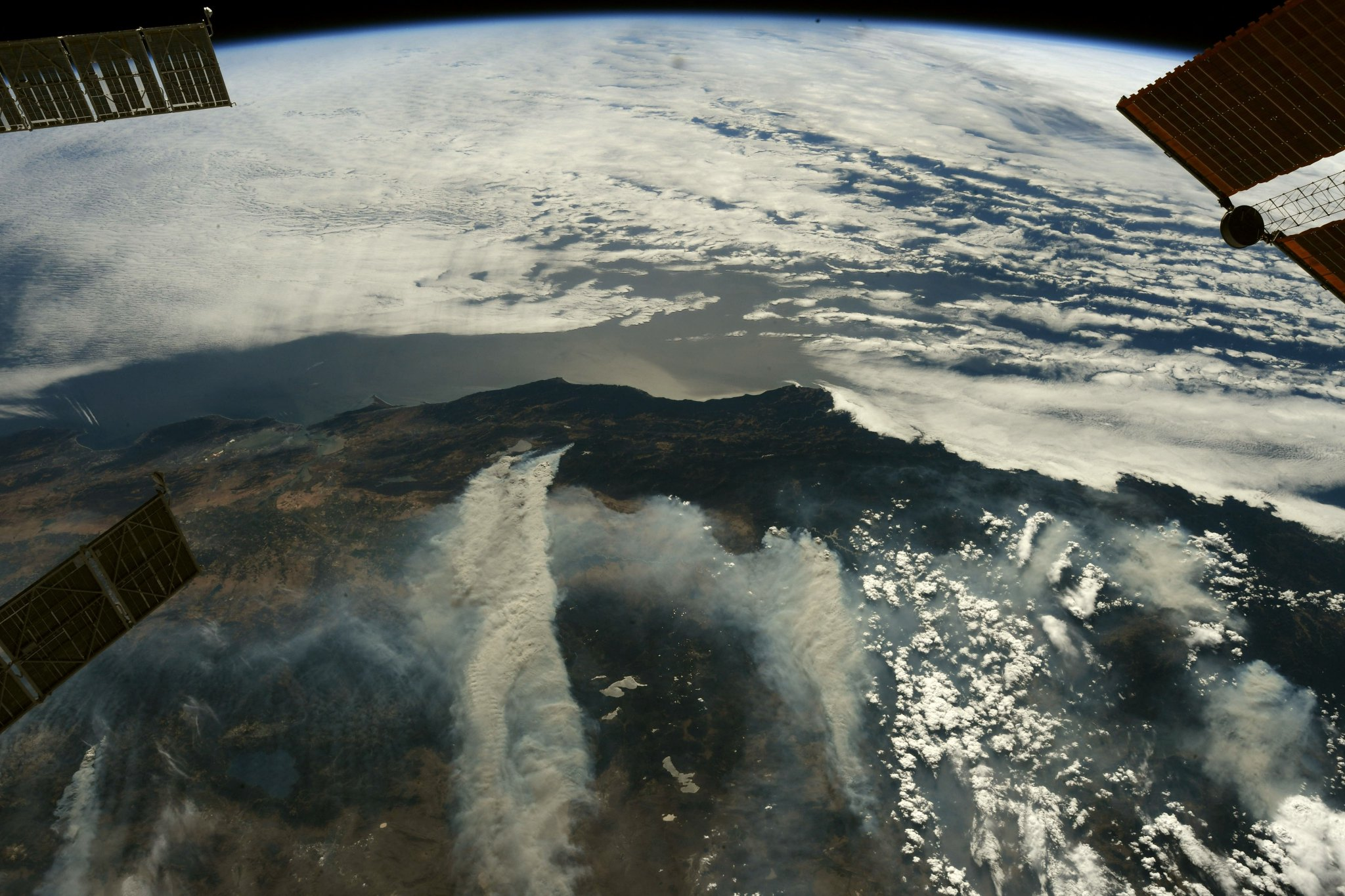 Plumes of billowing smoke from the #CaliforniaWildfires stretch eastwards toward to the Rocky Mountains. (Photo & Caption: Ricky Arnold / NASA)