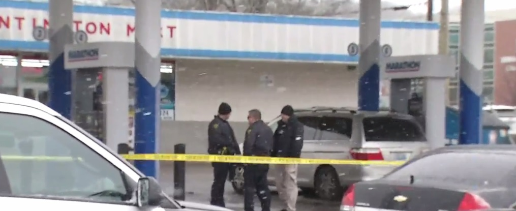 Officers gather in Huntington where a shooting is under investigation. (WCHS/WVAH)<p></p>