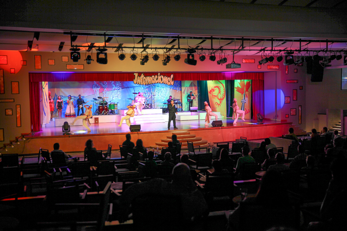 Live theatre at Hyatt Ziva Los Cabos (Images: Paola Thomas / Seattle Refined)
