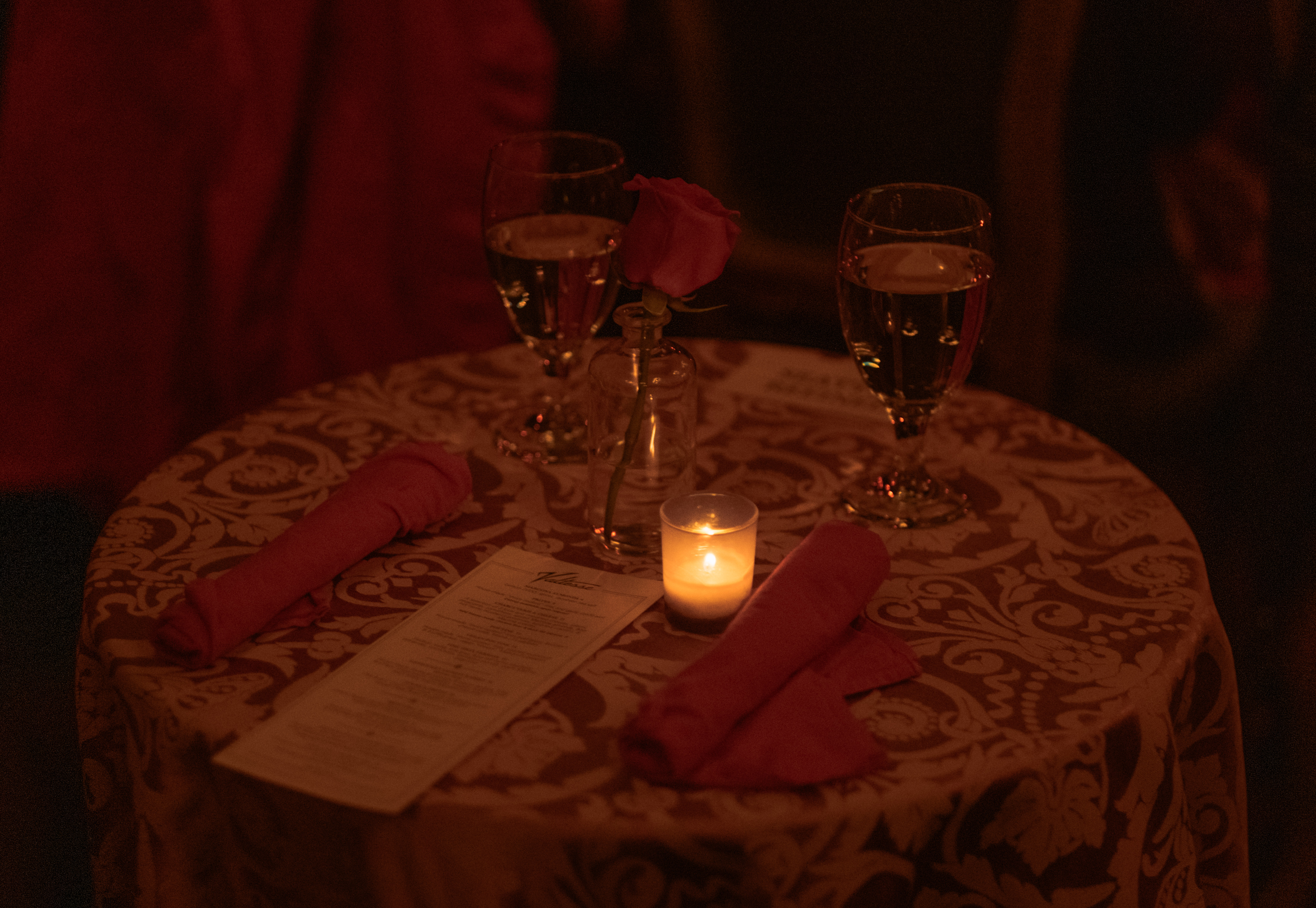 La Vie invites its guests to a dinner party at The Ruins in Queen Anne that features a unique circus-couture performance with alluring group acts that include aerials, contortion, and classically trained dancers. Attendees were treated to a 1920's themed entertainment that keeps you on the edge of your seat (Image: Ryan McBoyle / Seattle Refined).