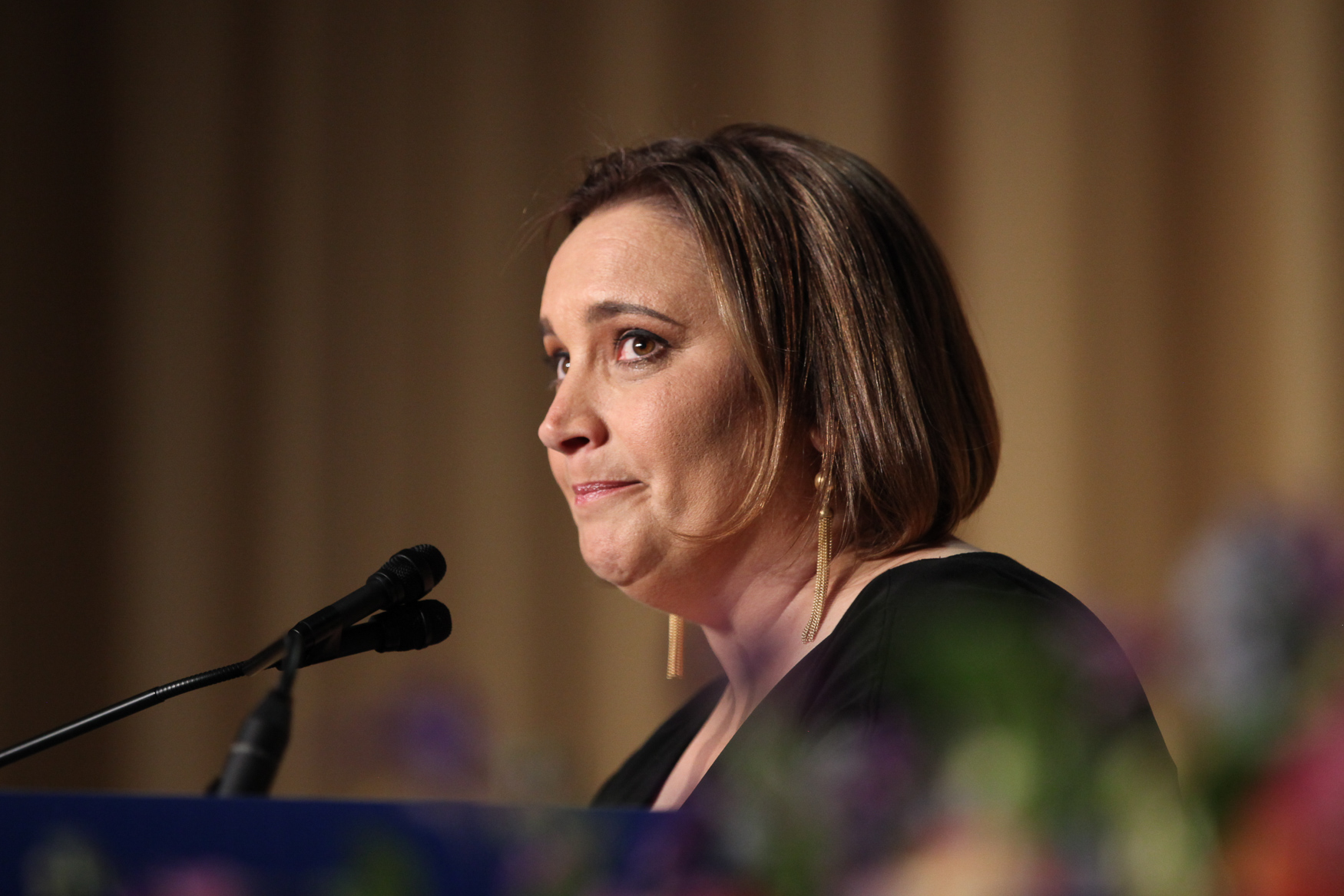 Margaret Talev, president of the White House Correspondents' Association, tears up during an emotional speech about her parents. (Amanda Andrade-Rhoades/DCRefined)