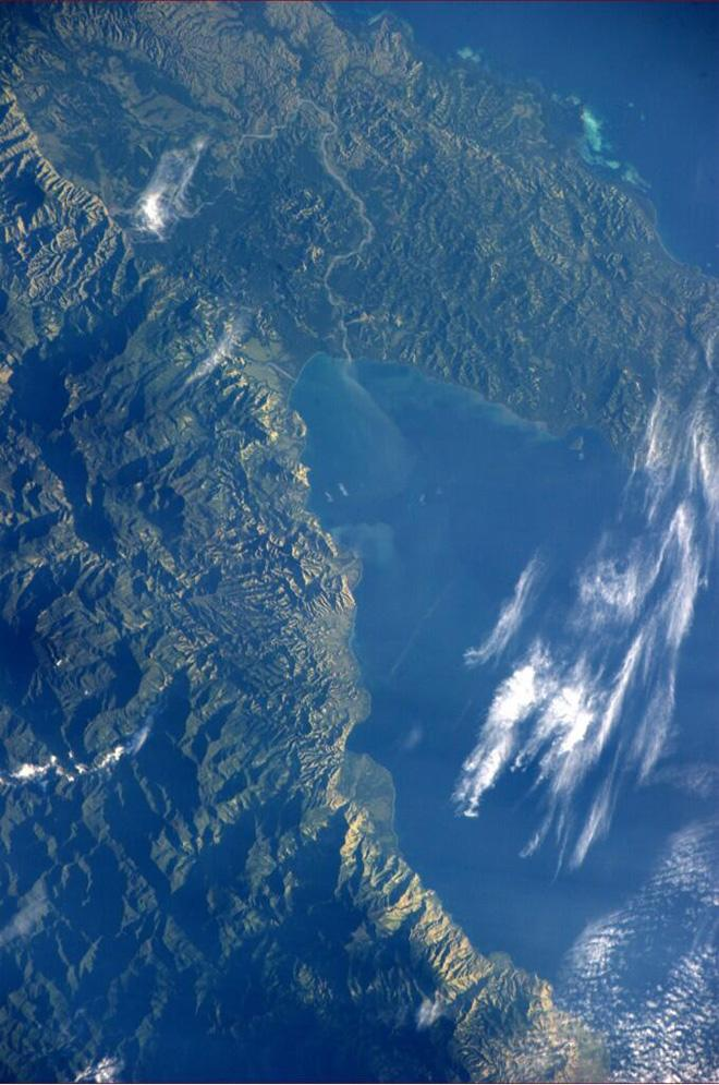 Goodnight from ISS.  Lush beauty in Papa New Guinea (Photo & Caption courtesy Reid Wiseman (@Astro_Reid) and NASA)